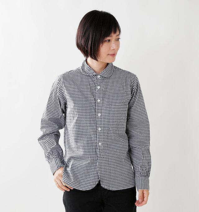 上品な質感に仕上げたコットンシャツ。細部のディテールにもこだわり、シンプルながらも存在感のある一着に仕上がっています。バストから裾にかけて広がりのあるシルエットと、ラウンドした裾が表情豊かに。