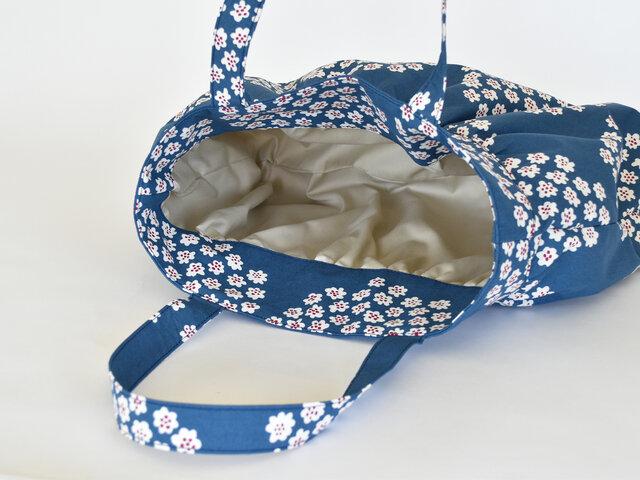 普段使いしやすいサイズ感で、たっぷりの荷物を入れることができます。