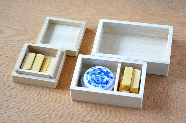 遊印の収納にぴったりな桐箱や、印泥のご用意もございます (左:遊楽の印箱・小 / 右:遊楽の印箱・印泥と一緒タイプ ※印泥は別売です)