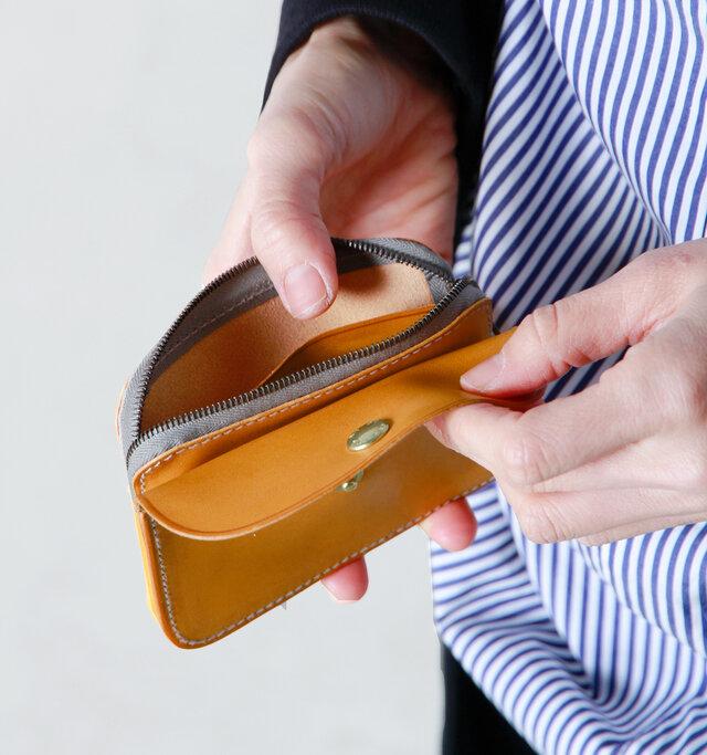 滑らかな天然皮革のため、口が大きく開くので小銭が取り出しやすい嬉しい仕様。