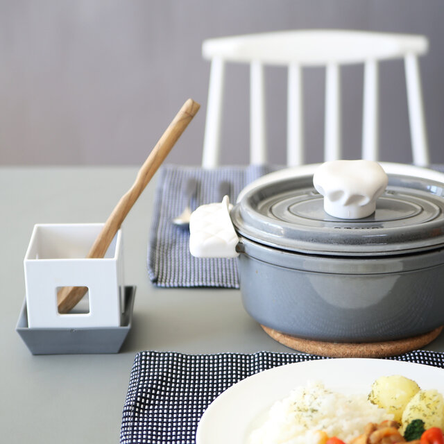 お鍋に添えて、お玉などを入れておくツールスタンドとしても。 おやつや食事の時間にカトラリーを入れたり、お酒の時間にはマドラーなどのツールを置いておくのもいいかも。