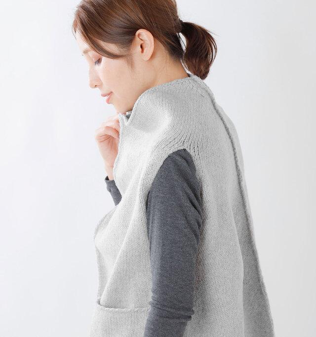 肩の出っ張った部分を丸いラインが覆うので、少し華奢にみせてくれるデザイン。縫い合わせ部分のニットの盛り上がりや、カールしたポケットの端など、細かな部分が魅力的。