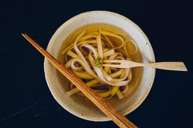 蕎麦やうどんの薬味としてはもちろん、マヨネーズに混ぜるとピリ辛マヨネーズに。ソーセージを食べる時にはマスタードの変わりなったりと、様々な食材に添えて味わうことができます。