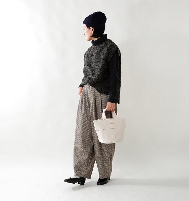 model mayu:158cm / 48kg color : charcoal / size : 1  ゆったりとしたサイジングで、程よい開きのネックライン。タートルやシャツを重ねた秋冬のレイヤードスタイルに重宝します。