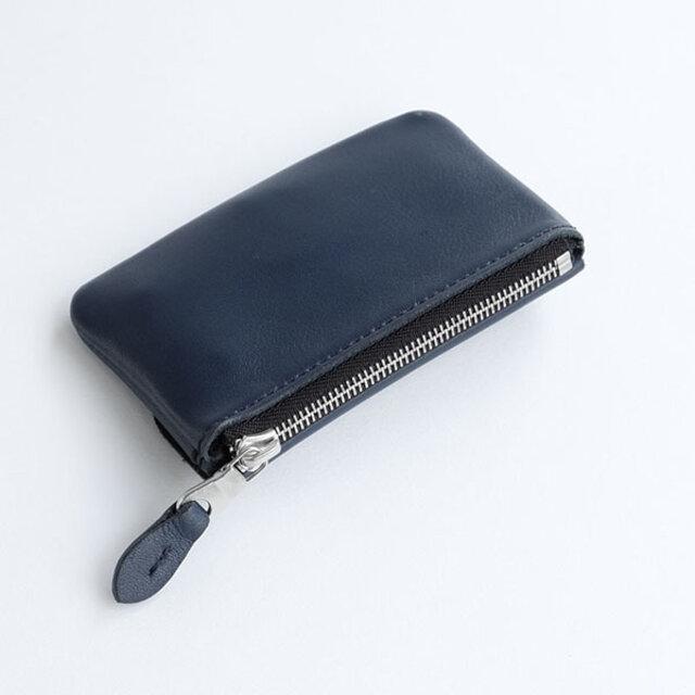 メインのファスナーポケットには小銭や鍵を。外に取り出し可能なチェーン付きのダブルリング仕様です。大きい車の鍵などを付ける場合は、外に出したまま使用すると使いやすく◎。