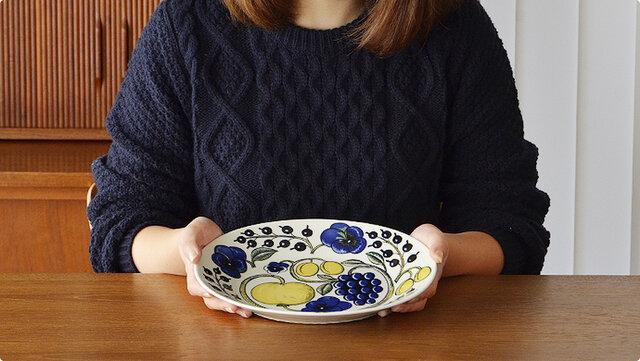 幅広のリム(フチ)は26cmプレートよりも少し深く、中央の盛りつけ部分は21cmプレートとほぼ同じくらいのオーバルプレートは、とても使いやすいお皿です。 リム幅があるのでカレーやパスタなどにぴったり。他にもオムレツや魚料理など少し横長の料理も皿の形を生かしてバランスよく盛りつけられます。