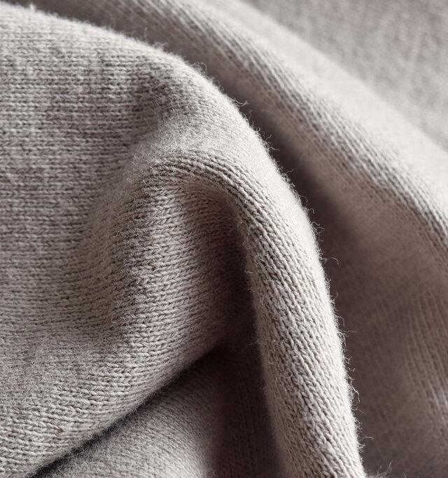 裏毛仕様で保温力に優れ、よりふんわりとした質感なので、タンクトップ等の上から直接着てもストレスのない着用感。