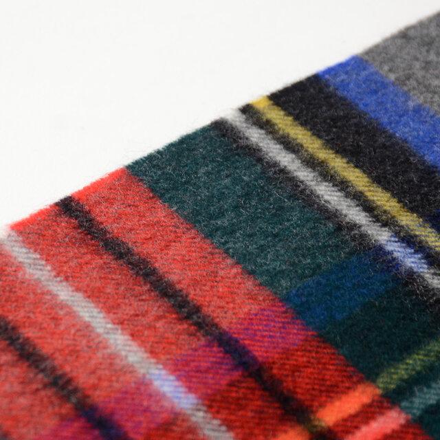 原料の仕入れから生産まで、すべての工程をスコットランドの自社工場で行っています。軽いのに保温性にも大変優れた一枚は、直接肌に触れたときのチクチク感がなく、優しいつけ心地です。