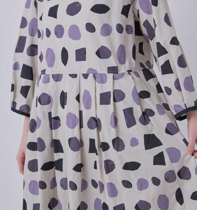 スカート部分にはタックをいくつも取っており、適度なボリュームを作り出しています。