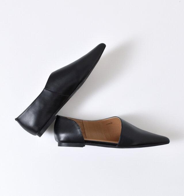 靴下によって表情の変わるサイドオープンデザインが特徴的です。