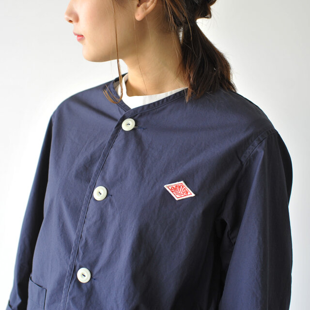 スッキリとシンプルなノーカラーで、インナーのシャツやタートルネックとのレイヤリングが楽しめます。 つるりとしたボタンがキュートなアクセントに。