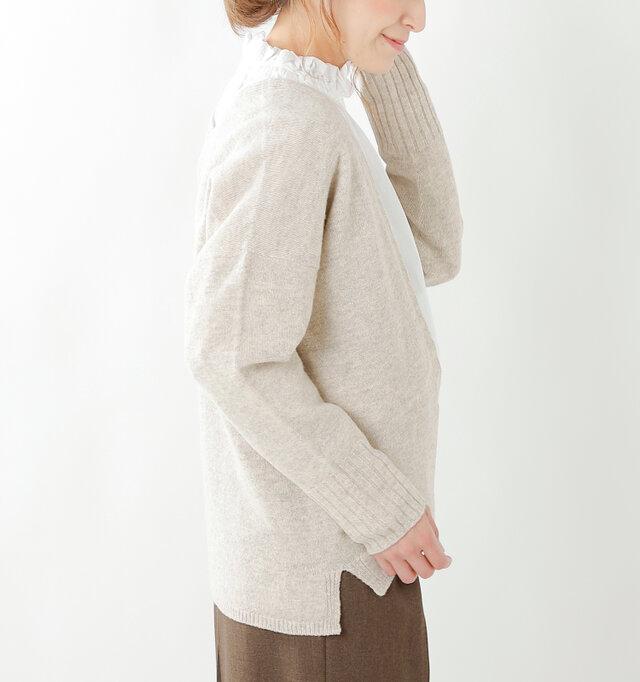 裾にはスリットをあしらい、スタイル良く見せる効果も◎。