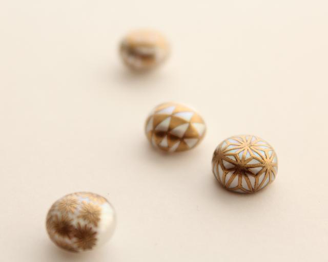「KIRIKO水面ピアス」をデザインするのは、古き良き日本のモノづくりに携わる全ての人とその過程を大切に考え、現在の私たちの生活に結ぶアクセリーなどに昇華して世界中に届ける「KARAFURU」。 インターネットなどで、写真の真珠×蒔絵のアクセサリー「MAKIEパール」を見たことがある人も多いのでは? このアクセサリーを手がけるブランドがKARAFURUなのです。