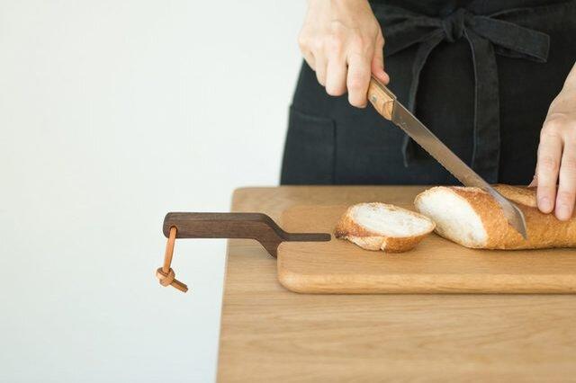 シェフや専門店が絶賛する、パンを切ることを考えぬいた道具。柔らかい食パンから堅いパンまで、驚くほどスムーズにカットできます。 丸みのある持ち手は手のひらにフィットし、その形状が力の入れ加減の調整しやすさに役立っています。