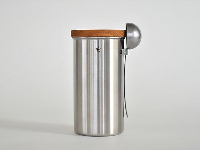 同じシリーズのキャニスターにセットして使うこともできますよ!このキャニスターは、外側にスプーンを引っ掛けておくことができるので、とっても便利◎ぜひ合わせてご使用ください。