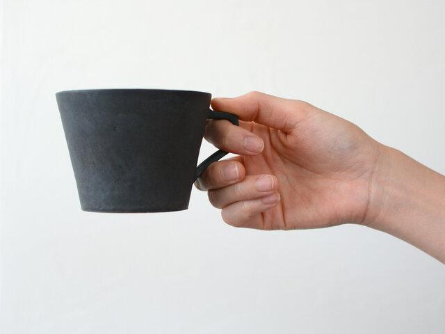 洗練された黒。驚くほどシンプルなカップ。 色や細部へのこだわりは、深いコーヒー愛に満ちています。