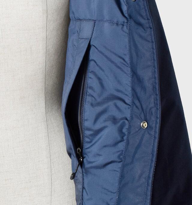内側の左右にもひとつずつファスナーポケットが付いており、充実したポケットがアウトドアブランドならではのディティールです。