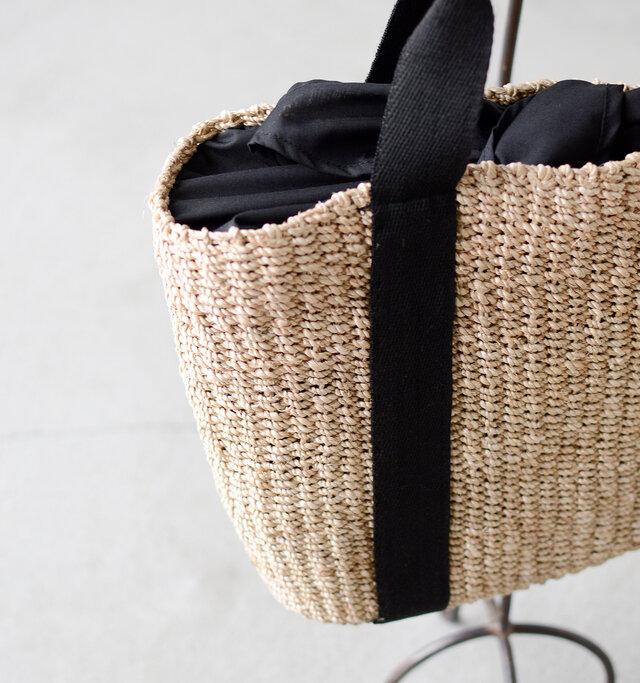 柔らかく丁寧に編み上げられた持ちやすいマチ幅とボリューム。モダンなカラーリングのトレンドバッグです◎