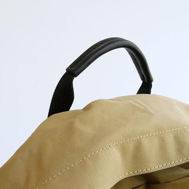 電車の中など、背負うことができず手持ちでバッグを持たなくてはならない時にも、 グローブレザーが手のひらに優しくなじみ、痛くなりません。