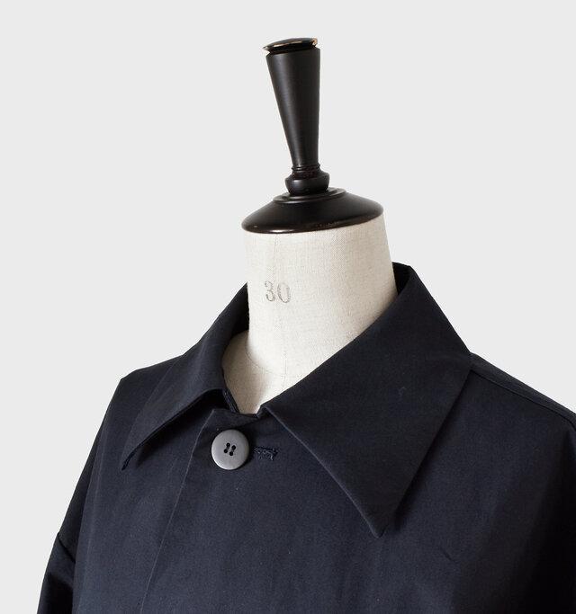 大きめのステンカラーがお顔まわりに立体感をプラス◎。 シンプルでつるっとした大きめのボタンが可愛らしい。