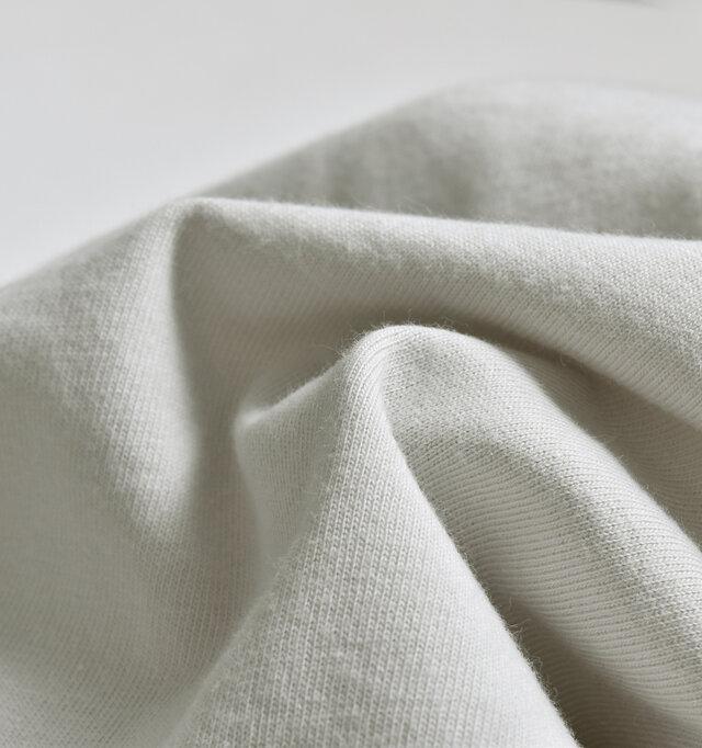ふんわり心地よいコットン天竺は、厚手ではありませんが程よくしっかりとした生地感で、着用時に安心感があります。伸縮性もあるので一日中リラックスして着られて、洗濯もジャブジャブできるイージーケアなので、デイリー使いにピッタリの素材です。