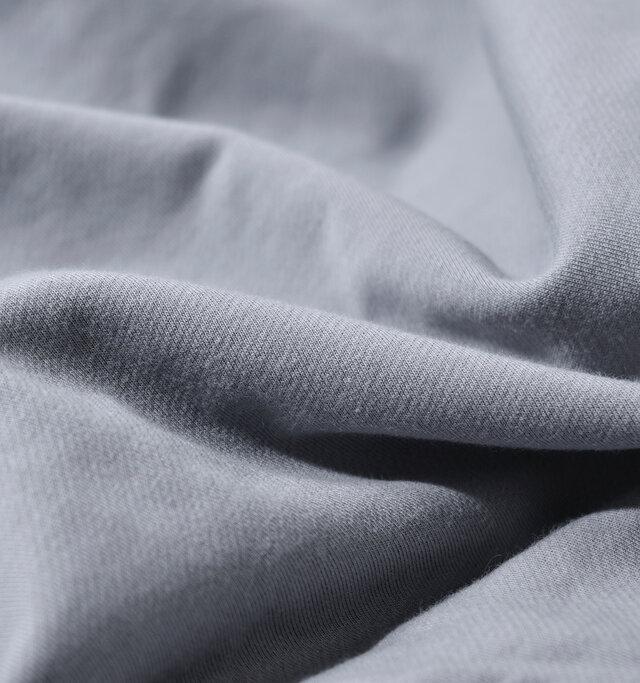 コットンとナイロンで作られたオリジナル裏毛生地。スビンブレンドのコットン糸を表と裏に使用し中糸にナイロン糸を使用しているため着心地はコットンの自然な肌触り。柔らかく軽いので気軽に着ていただける生地感です。