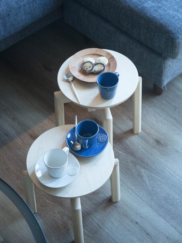 来客時に椅子が足りない!そんな時はマッシュルームスツールを補助椅子に。 テーブルに置ききれない料理を乗せるのも良いアイディアです。