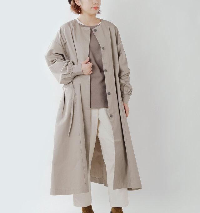 ワンピースのような女性らしさを感じるロングコート。一枚仕立てなので、気軽に羽織れるアイテムです。