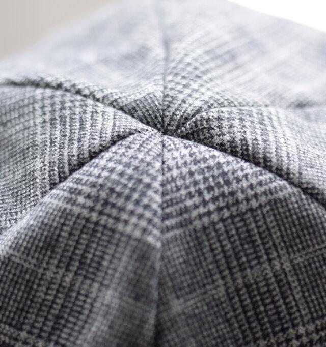 縫い目を隠すことでスタイリッシュさをプラスしたクラウン。6パネルのように見えて5パネルの工夫がなされた立体縫製です。チェックの柄もそれぞれ向きを整えて縫製しています。