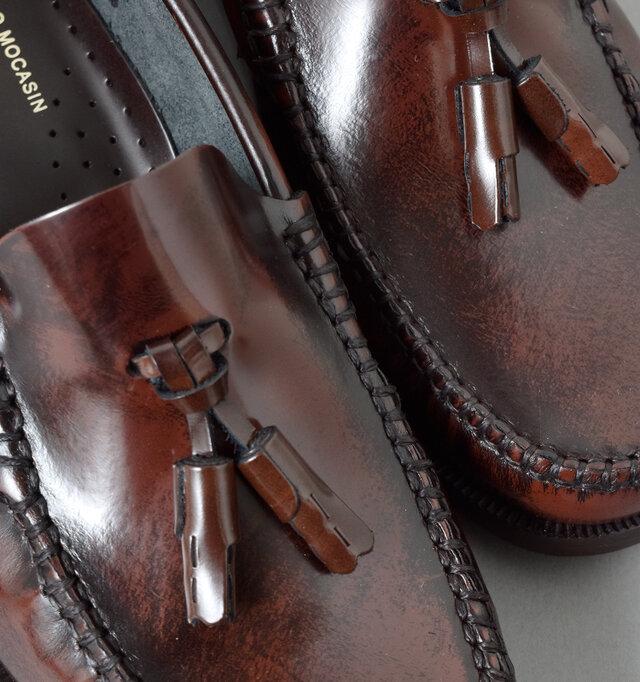 アッパーには防水性、耐久性に優れたガラスレザーを使用しています。艶やかな光沢感が足元から気品ある着こなしを実現。