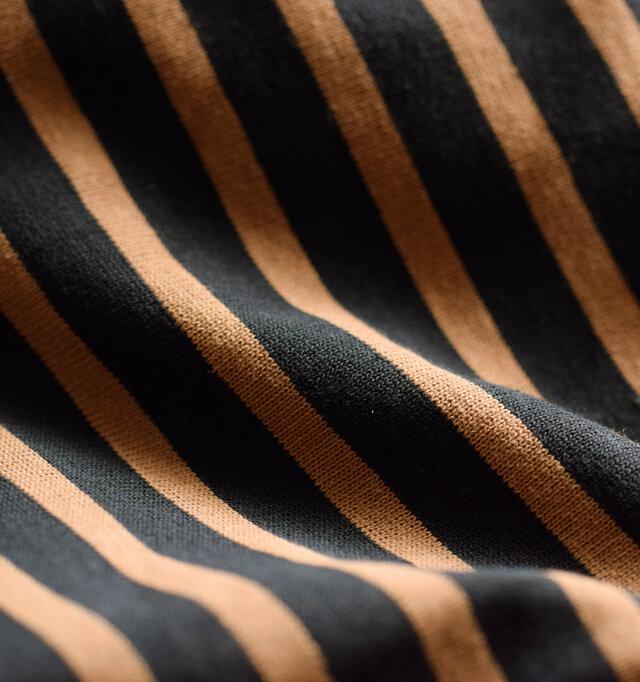 ORCIVALのマリンTシャツはラッセル編みという生地で作られたもの。 フランスでも現存するのは数台という珍しい編み機で編まれたこの生地は、一般的なカットソー生地に比べると、糸を非常にたくさん使った複雑な構造で目が詰まり、丈夫に仕上がっています。 コシがあってしなやかな生地はデイリーユースに最適。洗濯にも強く、着続けるほどくたりと経年変化で身体に馴染み、柔らかく変化していきます。長くそばにいてくれる頼もしいファブリックです。