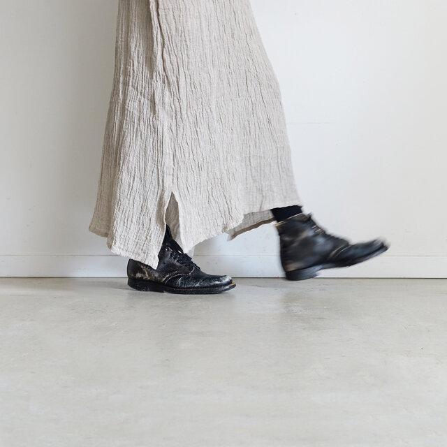 薄手でやや透け感があるので、ペチスカート・レギンス・デニムなど様々なレイヤードをお楽しみいただけます。合わせるアイテムで足元の印象が変わりますよ。
