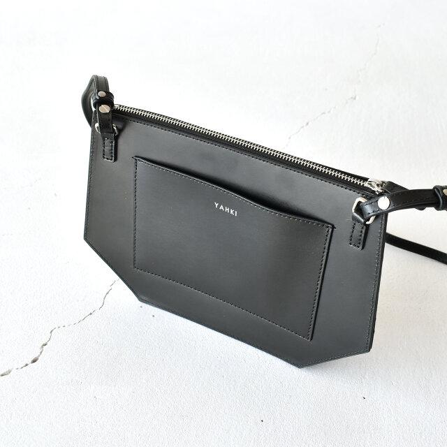 外ポケット付きでパスケースやちょっとした小物も収納しやすい◎。 YAHKI のロゴがさりげないワンポイントになっています。