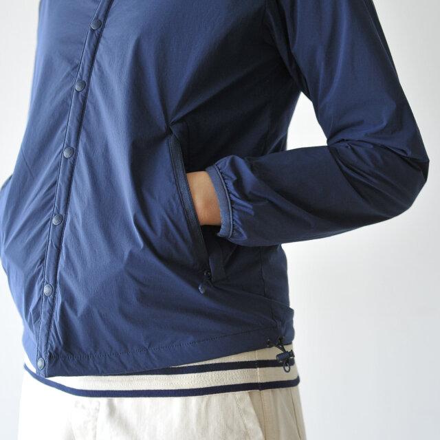 着用時の締めつけ感を軽減するために、袖口には伸縮性のあるパイピングが施されています。 両サイドにジッパー式のポケット付き。