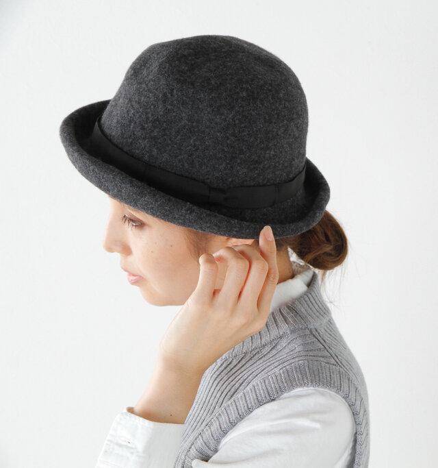 スタイルにアクセントを。マニッシュスタイルからエレガントスタイルまで。帽子に個性があるのに、普段のスタイリングには、自然と馴染む素敵なひとつです。
