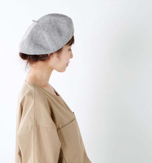リネン糸を編み立てた、くしゅっとニュアンスを落とすベレー帽。大きすぎず、浮いた印象にならないので、ショートヘア―の方にも被りやすいサイズ感。ちょん、と飛び出たチョボがどこか懐かしく、お顔を少しほっそり見せてくれるのもうれしいポイントです。