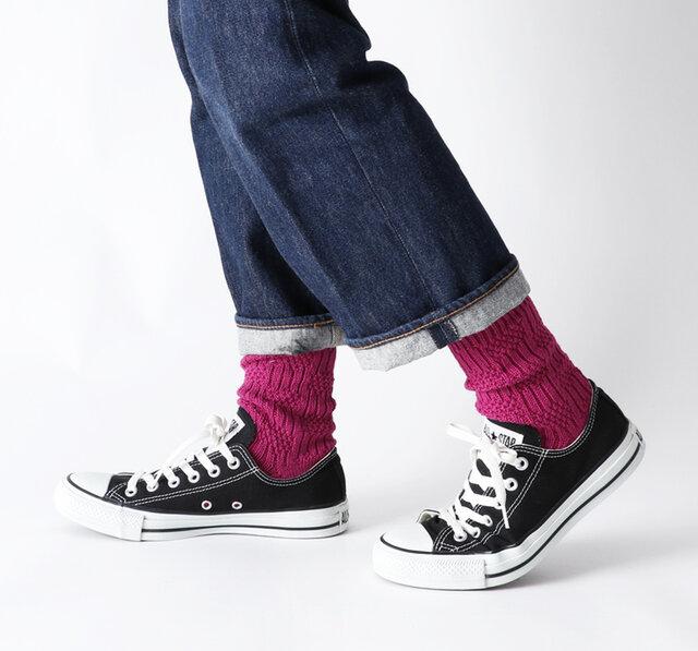 パンツスタイルの足もとにもはえる、深みのあるカラー展開。
