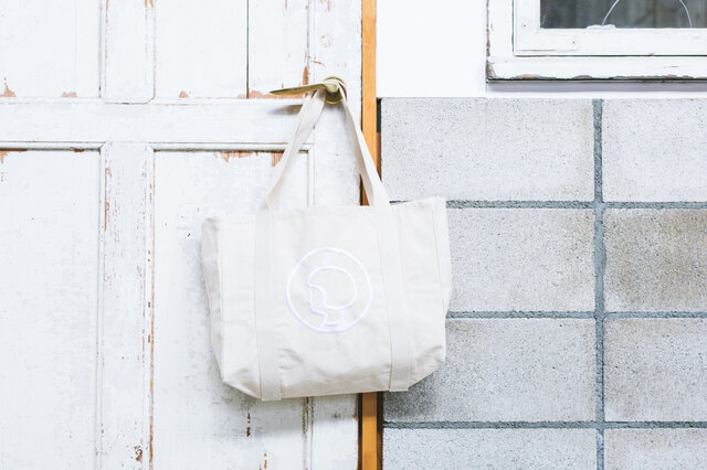 デンマークのスーパーマーケット「Irma(イヤマ)」オリジナルのキャンバストートバッグです。 良質のオーガニックコットン100%で作られており、生成りの生地に真っ白な刺繍。