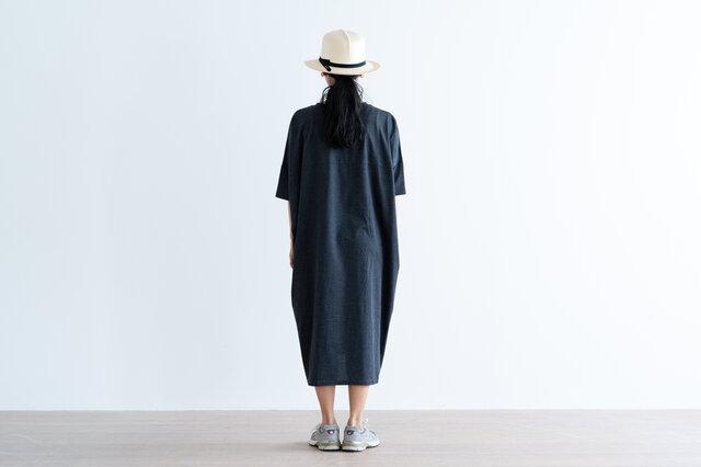 コットン100%でカジュアルに着ていただけます。シルエットがしっかりデザインされているので、洗練された印象に。