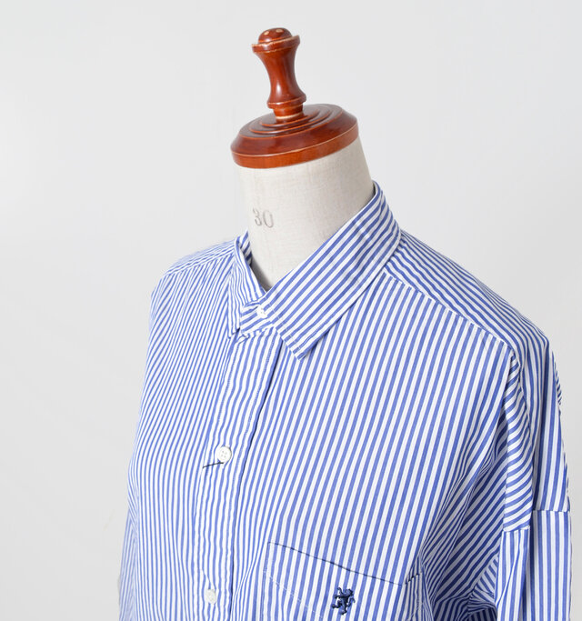 やや小ぶりの襟が女性らしさを伝えるデザイン。きちんと感が漂います。