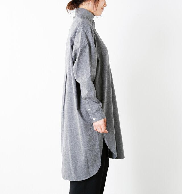 ボトムスとのレイヤードがきれいに見えるように、後ろの裾が長くデザインされています。長めの着丈を重たく見せず、スタイルアップ効果も◎