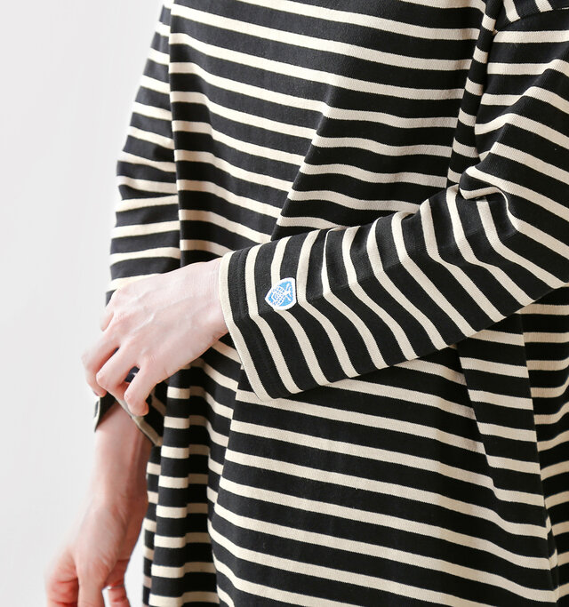 シンプルなアイテムにこそアクセントが必須。袖にはORCIVALおなじみのブルーの刺繍がちょこんとあしらわれ、存在感あるディティールになっています。