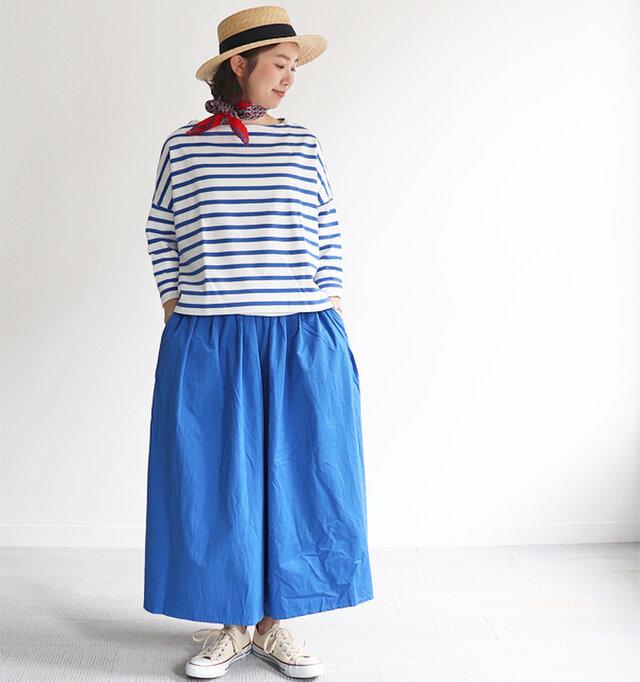 ブルー×ホワイト 着用、モデル身長:167cm  身幅が広い分あえて着丈短めにすることで立体的でキレイなドレープ感をつくり、絶妙なバランスになっています。一枚で、中にシャツなどを重ねた着こなしもおすすめですよ。