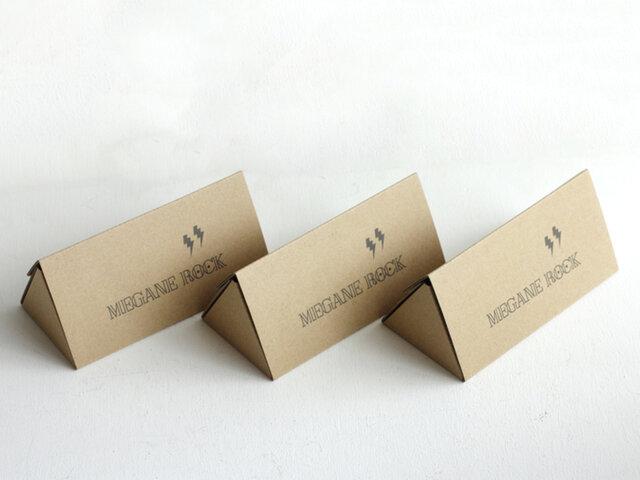 ブランドロゴが際立つ可愛らしい三角のボックス入り。収納袋も付いています。