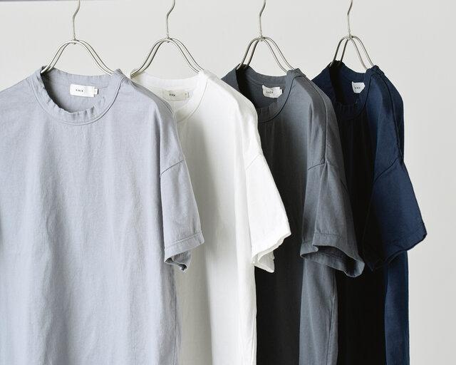 コットン100%、詰まったクルーネック、ベーシックなシルエット…スタンダードなTシャツの要素が揃っていて着まわしやすく、デイリーコーデに活躍してくれるTシャツです。