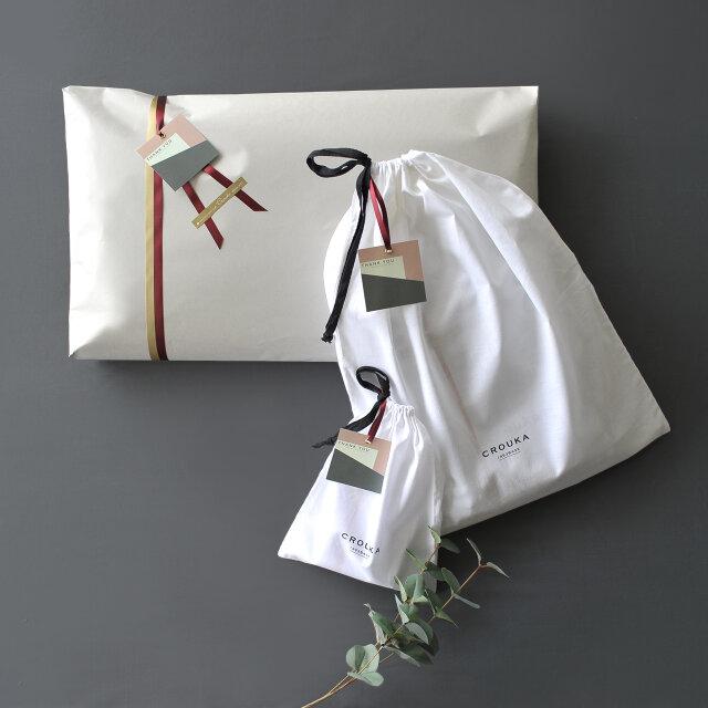 Croukaでは、ラッピングを承っております。 当店のロゴの入ったシンプルな布袋にオリジナルタグを添えてお届けいたします。