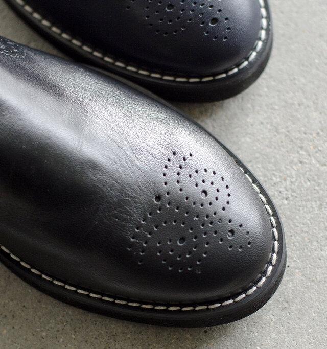 程よい厚みでやわらかなレザーを使用。光沢感が大人っぽく履きこむことでくったりといい雰囲気に変化していきます。