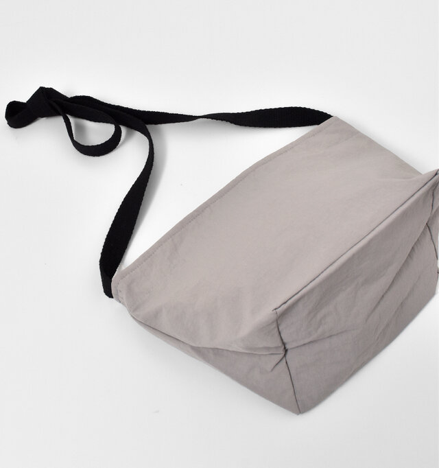 大きくマチが取られているので、コンパクトなのに収納力抜群!お財布、スマホ、ミニコスメなど必需品が収まります。
