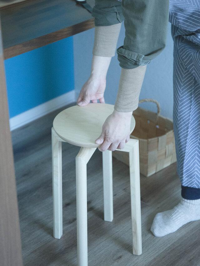 座面が25cmと小さいため、キッチンやパウダールームなど、狭い場所で大活躍。 軽量なので移動や持ち運びが楽なのも魅力です。