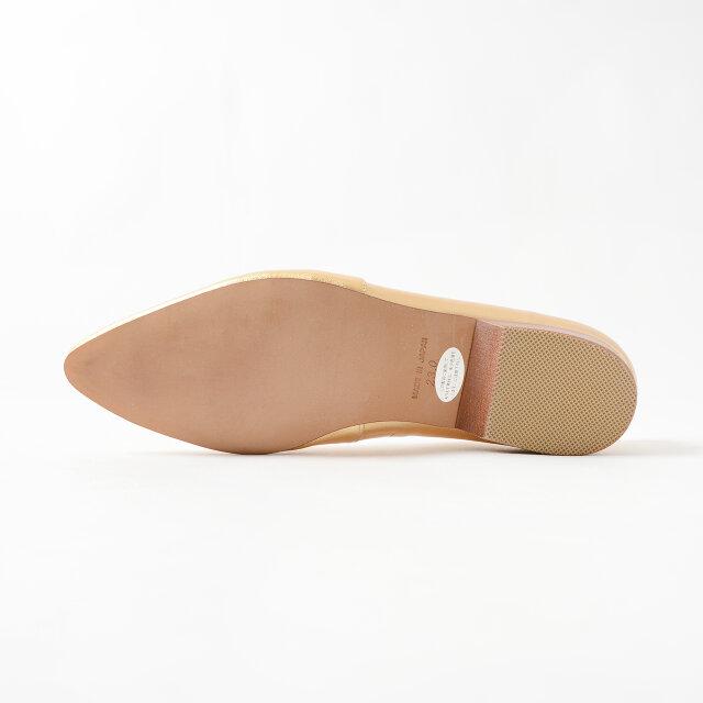 返りの良い柔らかなソール。足の動きに合わせてフィットするので履心地もバツグンですよ。